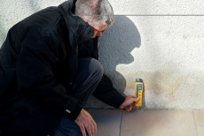 Des outils professionnels permettent de connaître exactement la teneur en eau d'un mur humide