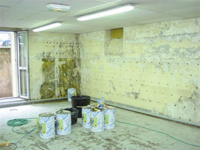Les forages dans toute la hauteur et longueur du mur permettent l'injection de résine hygrophobe